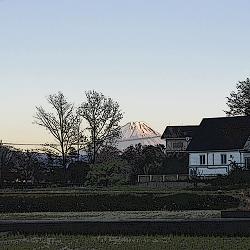 富士山がくっきり見える夕暮れ